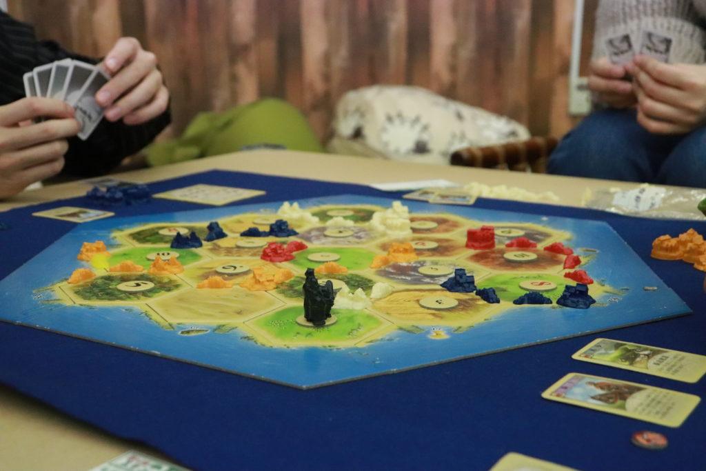 六角形のタイルを並べて作る島が舞台!